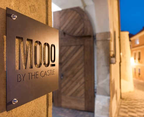 MOOo by the Castle Apartments - entrance